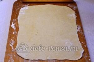 Пицца с колбасой: Раскатать тесто