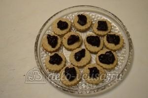 Песочное печенье с джемом: Выложить джем