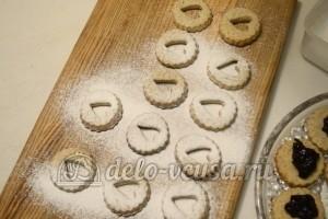 Песочное печенье с джемом: Посыпать сахарной пудрой