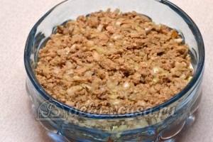 Салат с печенью трески: Соединить с луком и выложить слоем