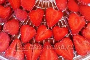 Сушеная клубника на чай: Кладем ягоду в сушку