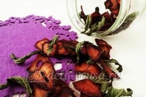 Сушеная клубника на чай: Кладем ягоды в банку