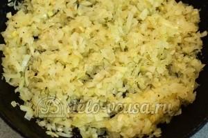 Пирожки с капустой: Пассеруем лук