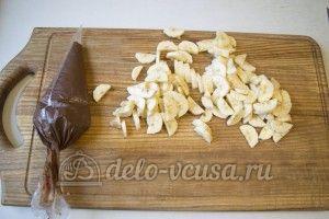 Блины с нутеллой и бананом: Нарезать бананы