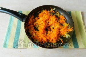 Борщ с ребрышками: Протушить морковь и лук