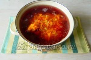 Борщ с ребрышками: Выложить овощи в кастрюлю