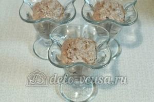 Творог с овсянкой, орехами и изюмом: Разложить по креманкам
