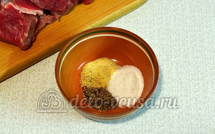 Говядина кусочками в рукаве: Смешать соль и перцы