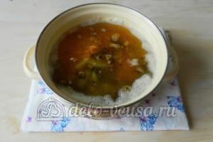 Грибной суп с вермишелью: Добавить лук, морковь, грибы