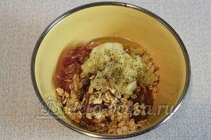 Гусарики: Добавить лук, соль и перец