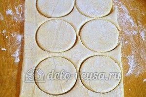 Гусарики: Раскатать тесто и вырезать кружочки