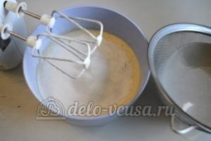 Медовый торт со сгущенкой: Просеять муку