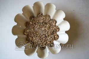 Кекс с орехами: В форму выложить половину теста, посыпать орехами