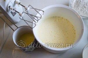 Кекс с орехами: Добавить растопленное сливочное масло