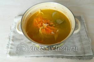 Куриный суп с лапшой: Добавить в бульон мясо, лапшу и зажарку