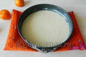 Манник с мандаринами: Вылить тесто в форму