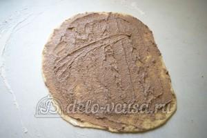 Эстонская булочка с корицей: Смазать тесто начинкой