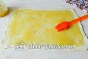 Печенье Медвежьи ушки: Смазать тесто медом