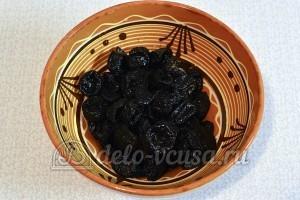 Конфеты из чернослива, орехов и фиников: Чернослив залить водой
