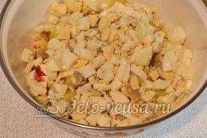 Салат из рыбных консервов: Нарезать яйца