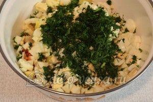 Салат из рыбных консервов: Измельчить укроп