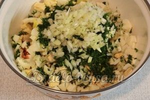 Салат из рыбных консервов: Измельчить лук