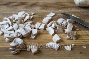 Салат Изабелла: Нарезать и обжарить грибы