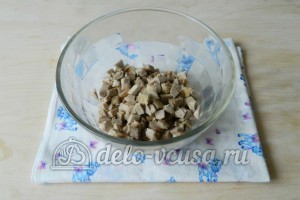 Оливье с мясом: Нарезать мясо
