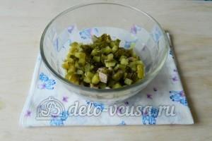 Оливье с мясом: Нарезать огурцы