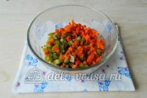Оливье с мясом: Нарезать мелко морковь