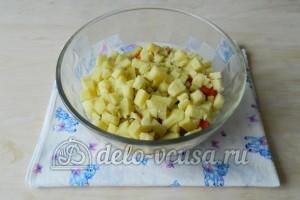 Оливье с мясом: Нарезать картофель