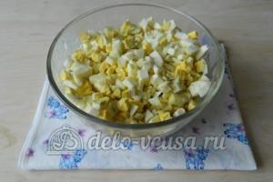 Оливье с мясом: Добавить нарезанное яйцо