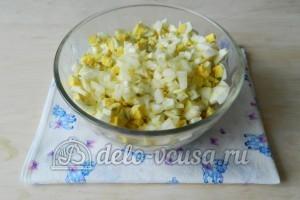 Оливье с мясом: Добавить мелко нарезанный лук