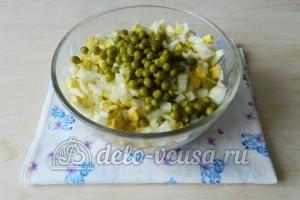 Оливье с мясом: Добавить горошек