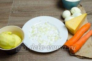 Салат из яблока, моркови и сыра: На дно тарелки кладем лук