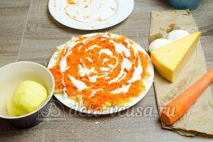 Салат из яблока, моркови и сыра: Трем морковь на средней терке