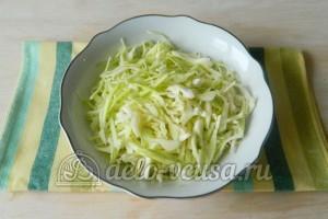 Салат с капустой и крабовыми палочками: Нарезать капусту