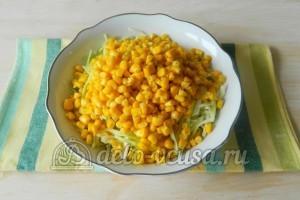 Салат с капустой и крабовыми палочками: Добавить кукурузу