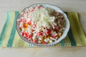 Салат с капустой и крабовыми палочками: Нарезать лук
