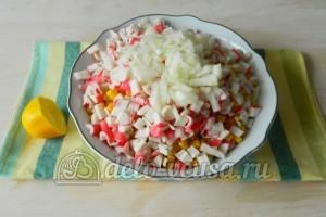 Салат с капустой и крабовыми палочками: Взбрызнуть лимоном