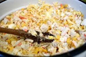 Салат с курицей и крабовыми палочками: Салат перемешать