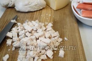 Салат с курицей и крабовыми палочками: Порезать куриное филе