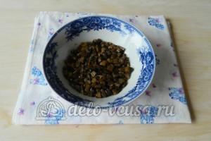 Салат Березка с курицей: Выложить грибы