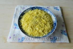 Салат Березка с курицей: Натереть желтки