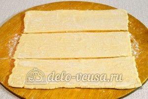 Слойки с яблочным пюре: Разрезать тесто