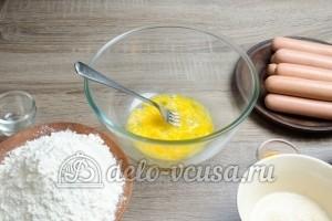 Сосиски в дрожжевом тесте: Взбить яйцо