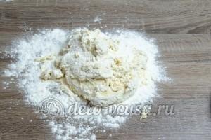 Сосиски в дрожжевом тесте: Кладем тесто на посыпанную мукой поверхность