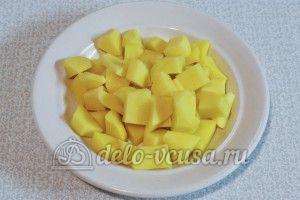 Суп с куриными фрикадельками: Нарезать картофель