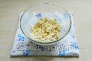 Сырные крекеры: Перемешать муку и масло руками