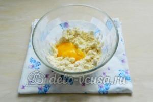 Сырные крекеры: Добавить желток